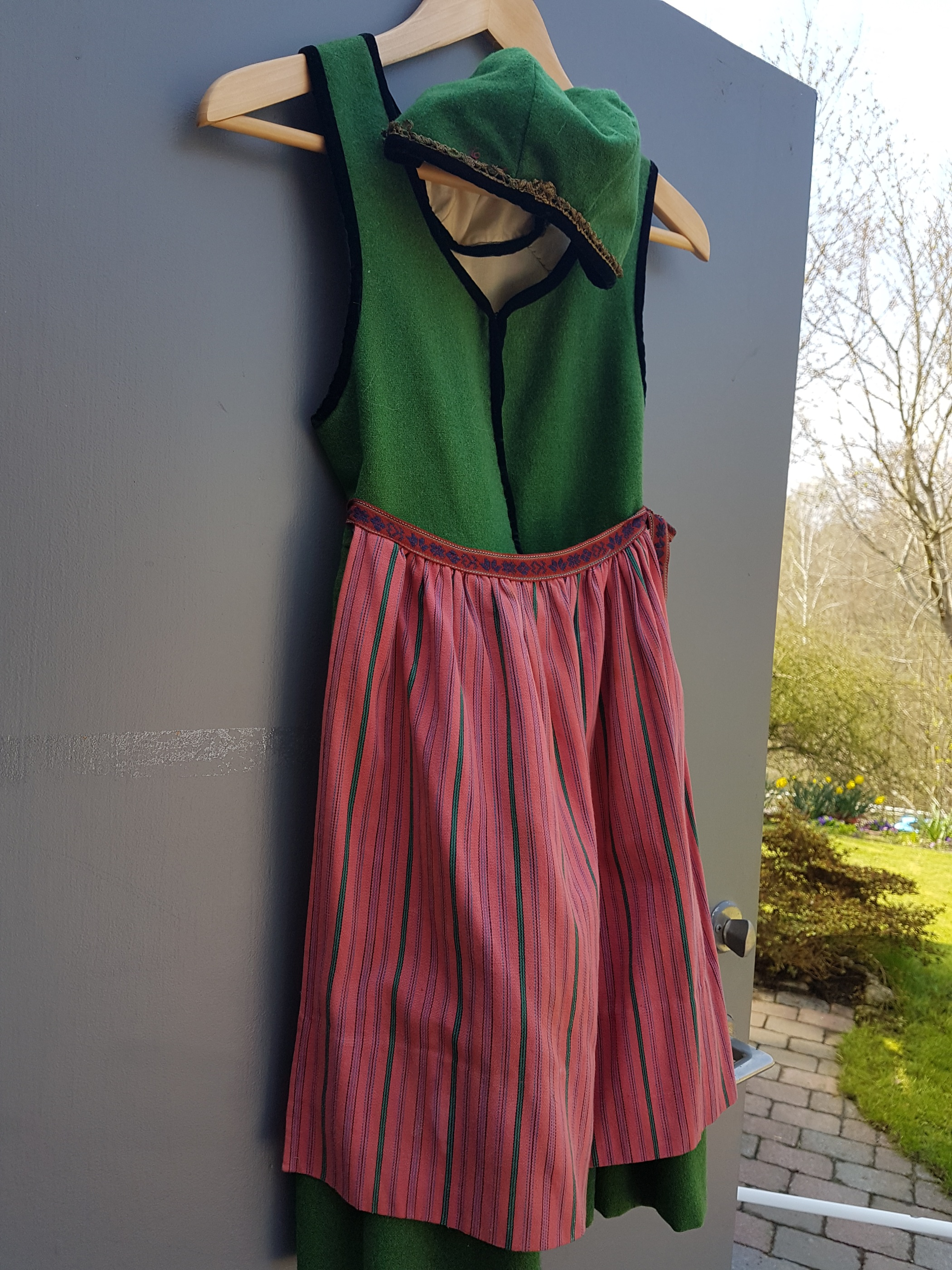7b79cab34642 Dräkten är i storlek ca 9- 12 år. Delarna til dräkten, livstycke kjol,  förkläde och hätta. Dräkten är använd vid 3-5 tillfällen.