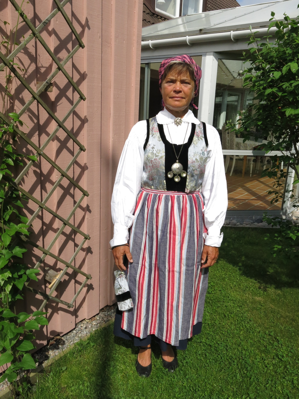 Äldre annonser   Sveriges Folkdräkter