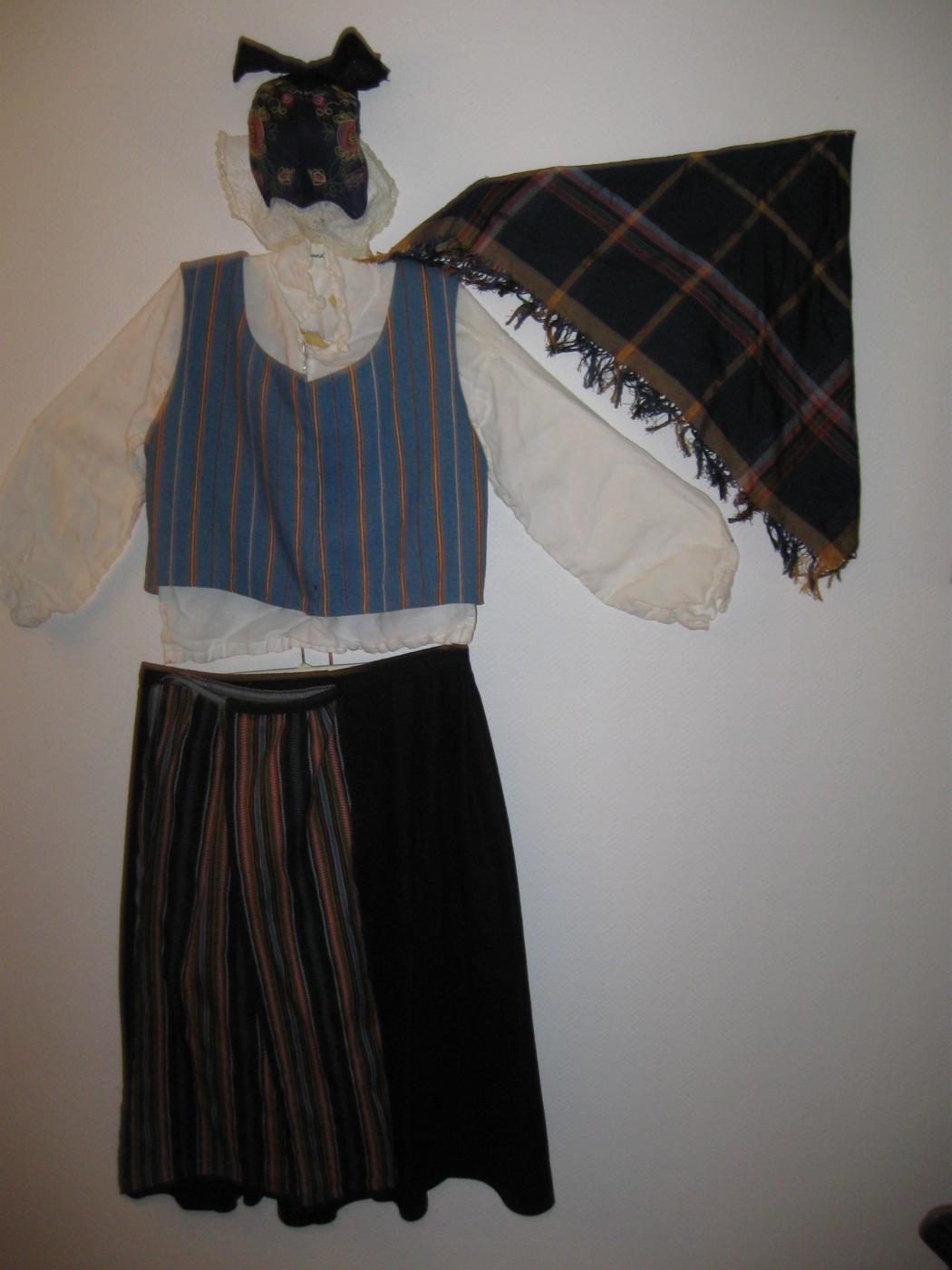 5e5e810b9bb7 Bestående av mössa, blus, väst, sjal, kjol och förkläde. Midja kjol 86,  längd 80. Fråga gärna om övriga mått. Kontaktuppgifter: Håkan Eriksson tfn  072 ...