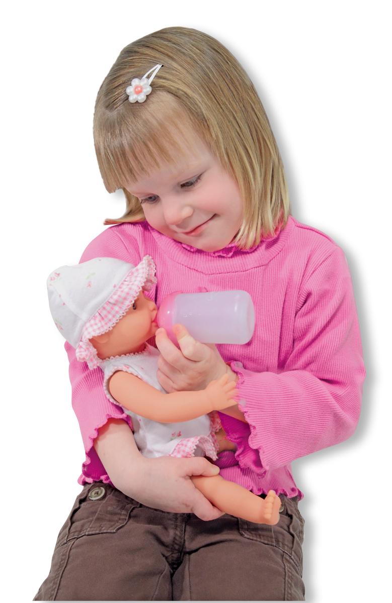 Annie-dricker och kissar docka med barn 02