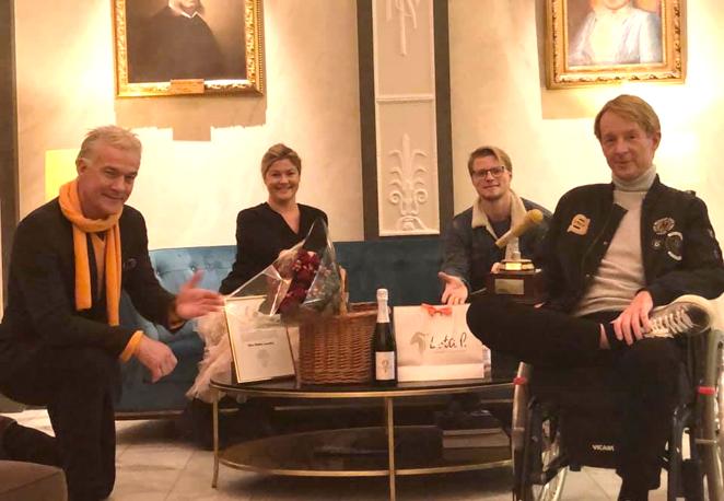 Björn överraskas på Grand Hotel 11 november 2020 med prisbord och statyett.