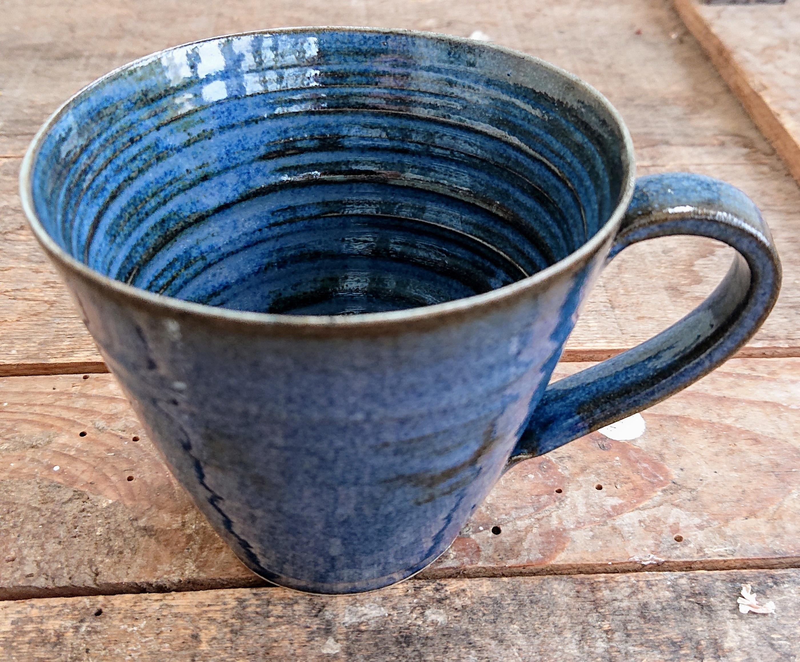 djupblå kaffekopp