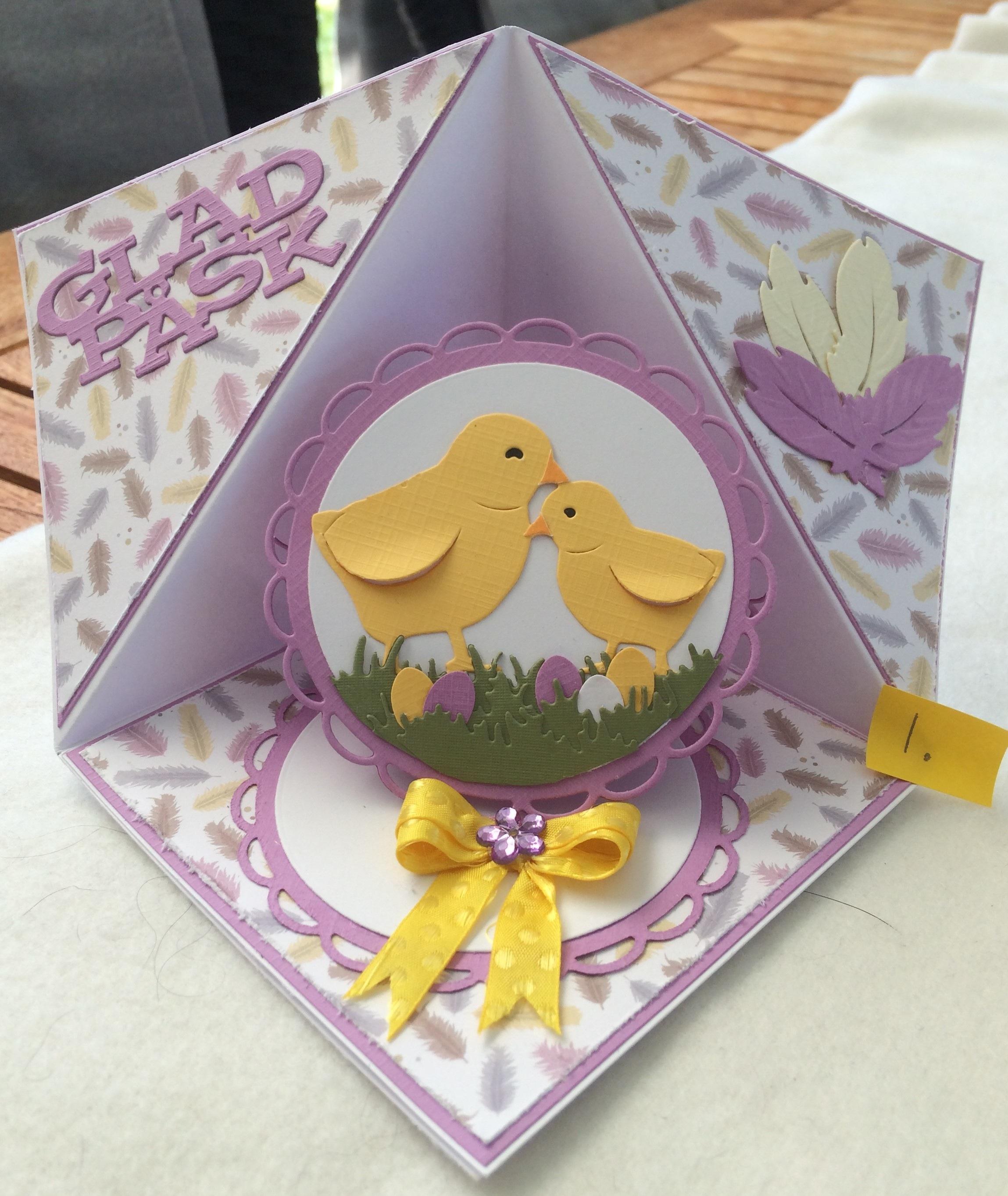 Gummiapan dies Glas Påsk, Nellie´s Multi frames MFD055 Gräs PM 10002, Kycklinga & Fjädrar JAD10067. Kort vikning Triangel, Corner pop up card