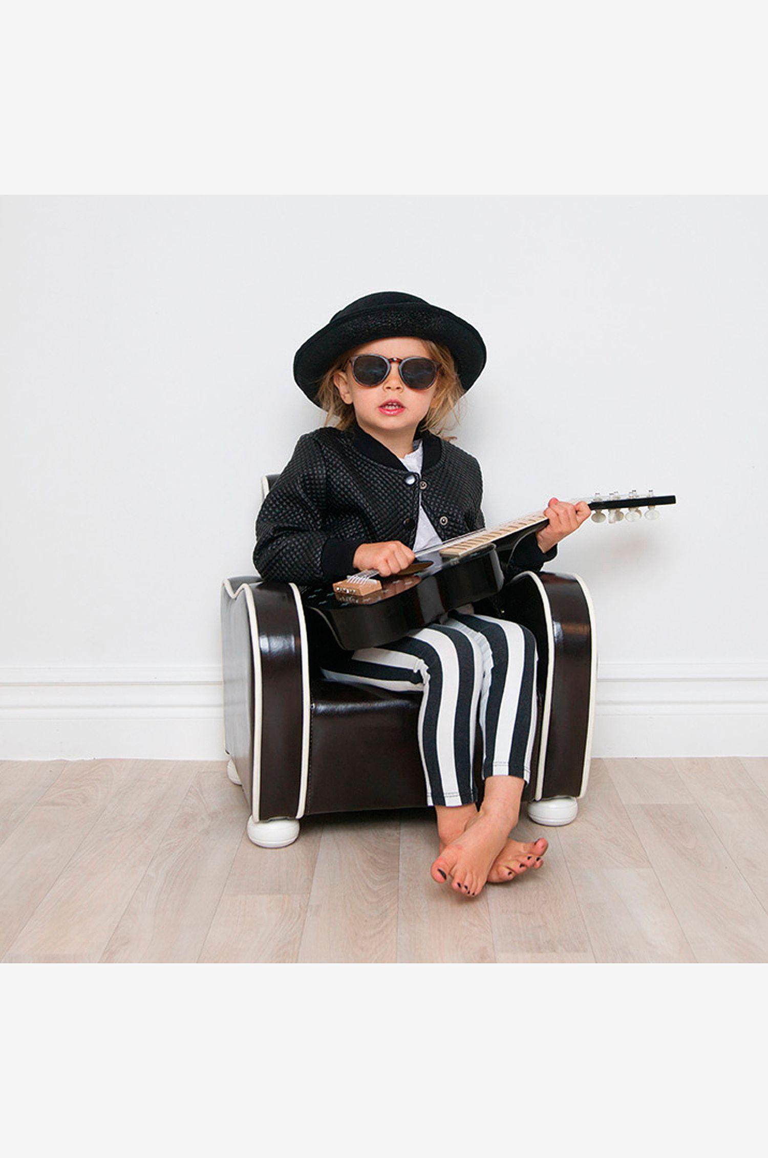 barn-gitarr-svart-stjärnor-trä-