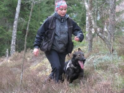Emma och RixDivans Axa på väg ut på stigen efter hittad figge.
