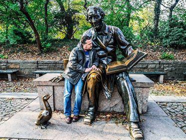 Jag häslar på HC Andersen som sitter så lugnt och tryggt på en bänk i Central park.