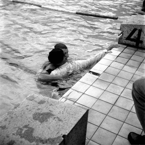 Gaston Boiteux kramar om sonen Jean efter guldloppet i Helsinfors 1956. Kolla gärna video ovan - foto: Franska Simförbundet