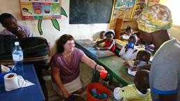 Ann förmedlar en kopp Oju till skolbarnen. För 20 kr per månad får ett barn en koppn näringsrik välling.