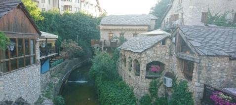 Vi reser en dag till Mostar och känner in de olika energierna i historiens vingslag.