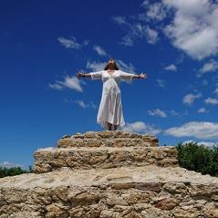 Ann Aglgren Änglavingar på toppen av Solpyramiden i Bosnien
