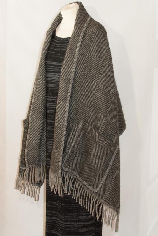 sjal ull grå från sidan