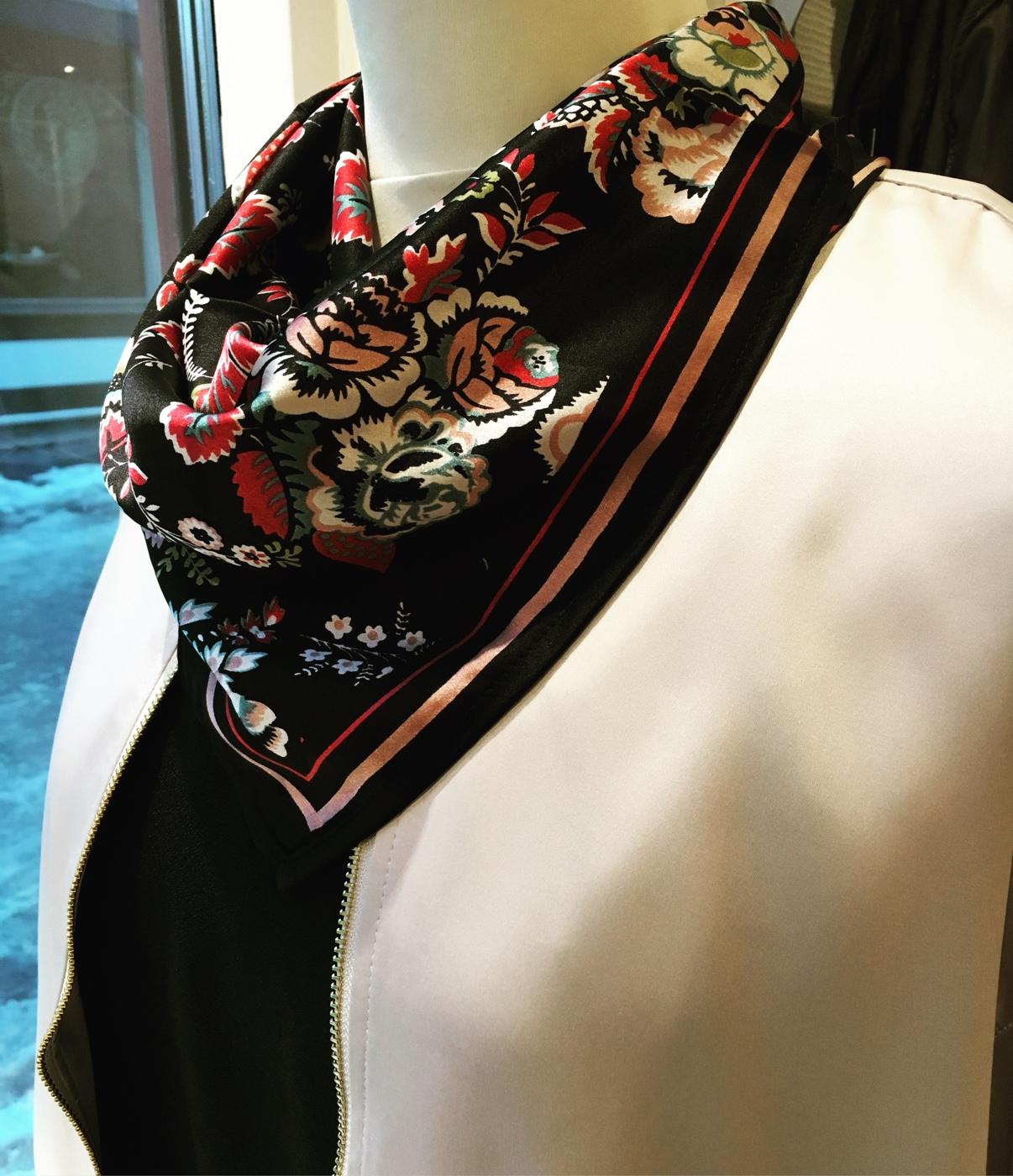 26ac97e47d8 Tänk så stor skillnad det blir att addera en snygg scarf ! Priset är galet  bra, 149:-