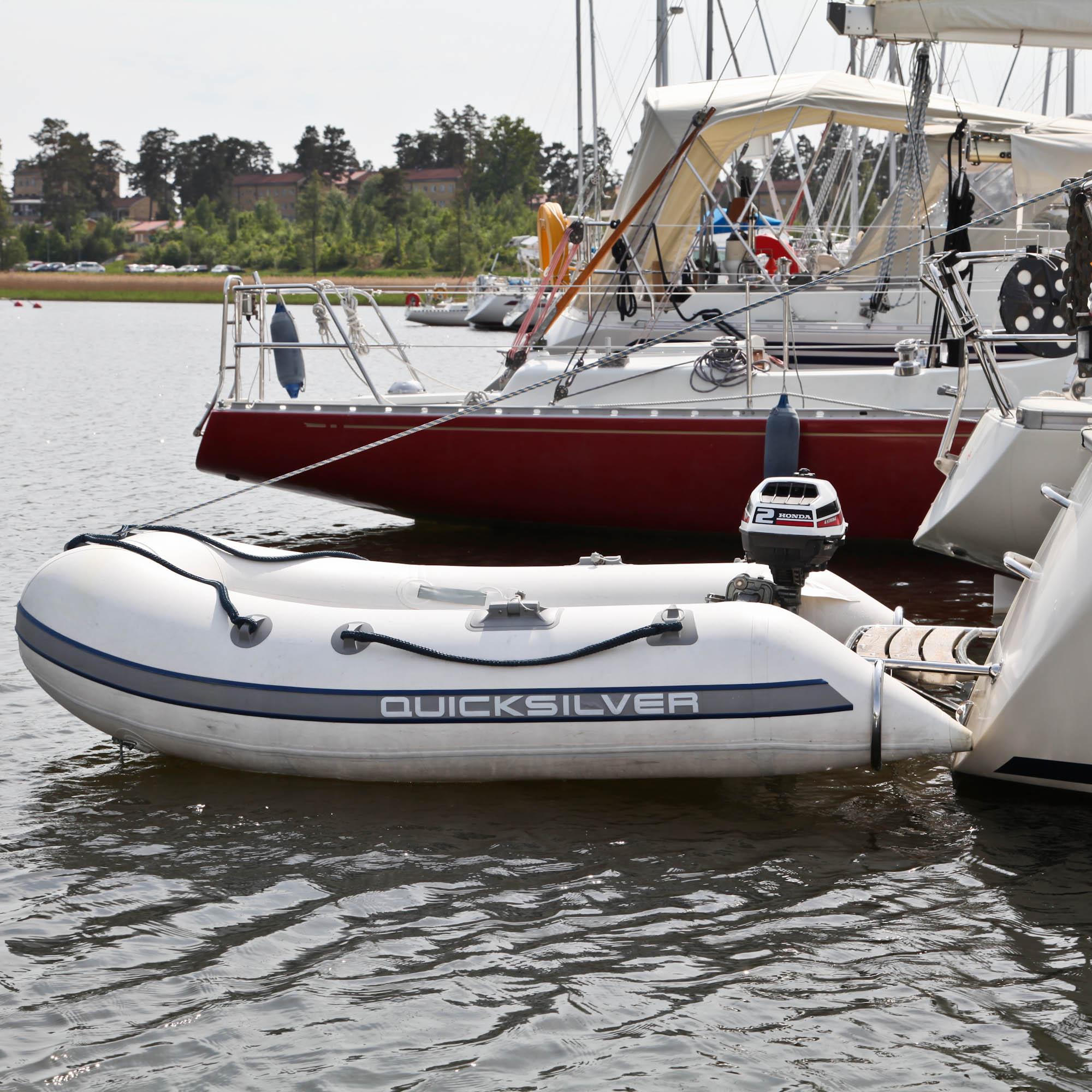 DR segelbåt jolle i vatten