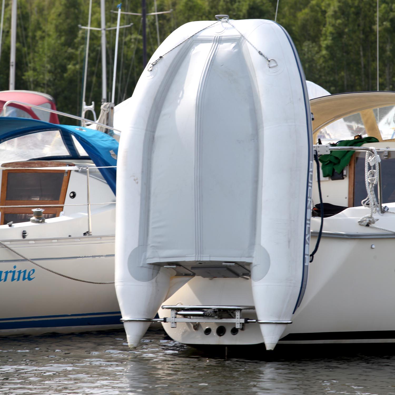 gummibåt stående segelbåt