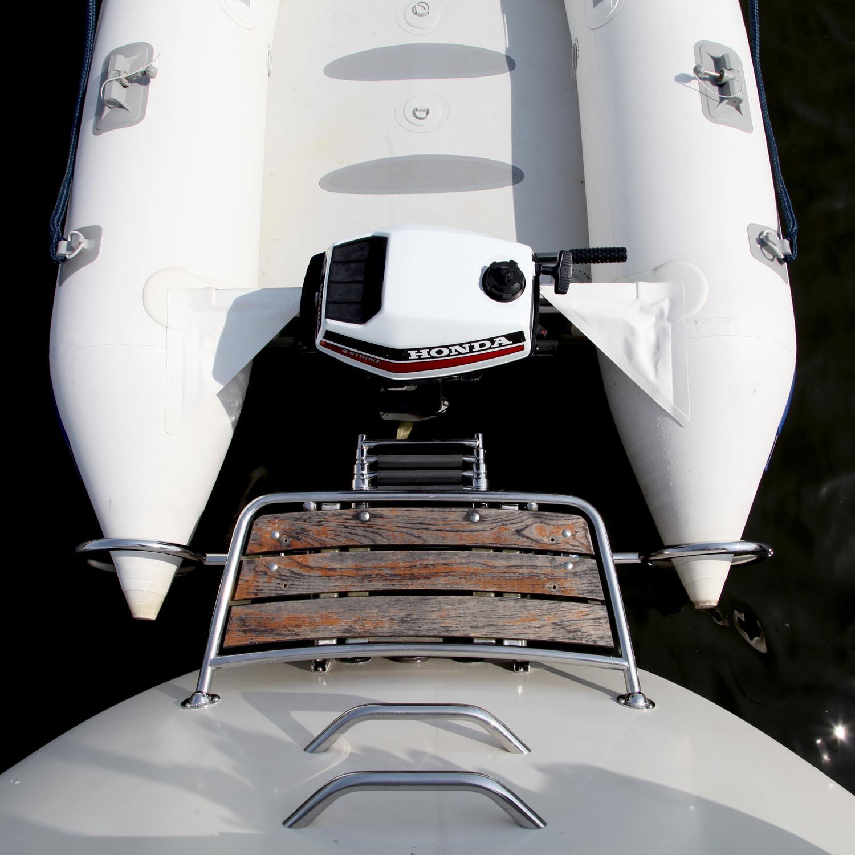 gummijolle i ringar vid badbrygga segelbåt