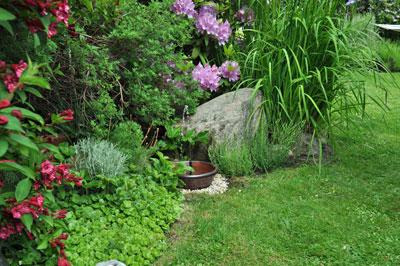 Kleopatra 2 Solcellsfontän i vacker trädgård