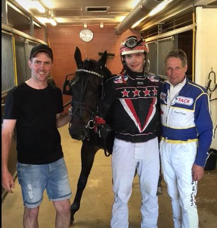 Jörgen, Copitex, Lukas och Jorma Kontio som var på plats i vårt hästägarrum och självklart ville han gratulera till segern!