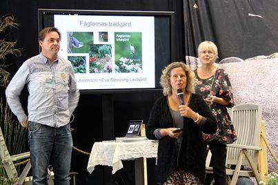 Trädgårdsjournalisten Gunnel Carlson introducerar Niklas Aronssons och mitt föredrag på Bokmässan .