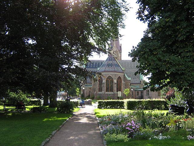 """""""Falkenbergs kyrkas kor i öster från stadsparken"""" av D.O.G.A. - Eget arbete. Licensierad under Public Domain via Wikimedia Commons - http://commons.wikimedia.org/wiki/File:Falkenbergs_kyrkas_kor_i_%C3%B6ster_fr%C3%A5n_stadsparken.JPG#mediaviewer/File:Falkenbergs_kyrkas_kor_i_%C3%B6ster_fr%C3%A5n_stadsparken.JPG"""