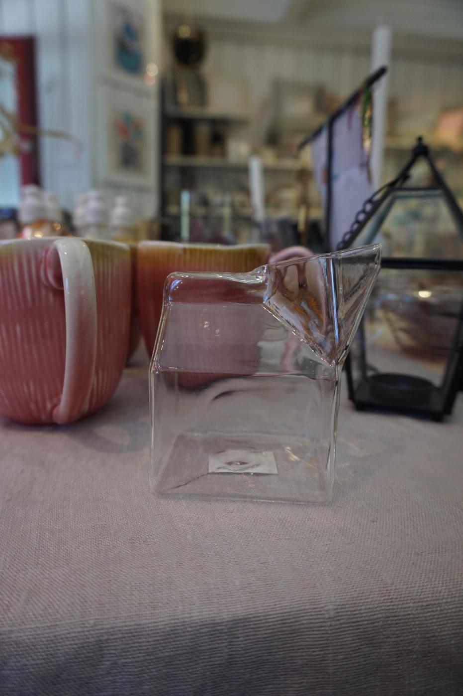 Mjölkanna i glas