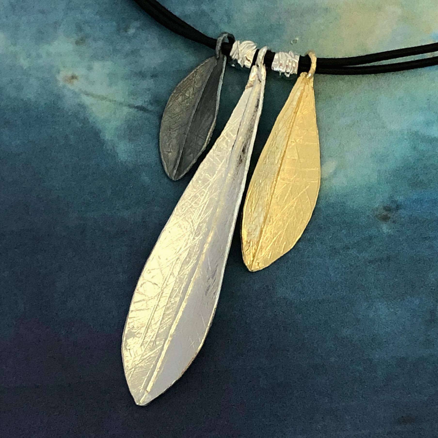 Trefärgat silverhalsband
