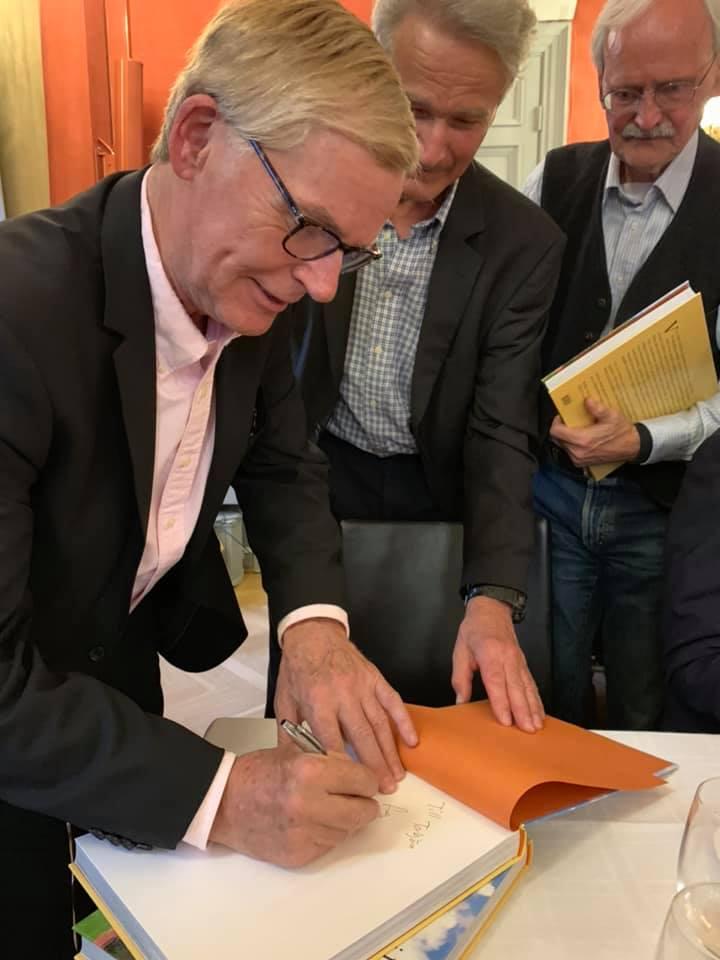 Carl signerar sin bok för medlemarna i Djursholms Forntid och Framtid, Djursholms slott