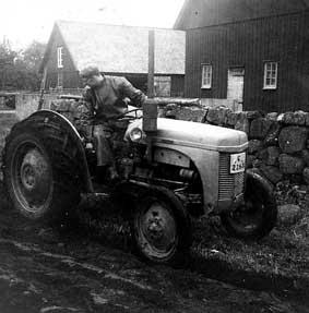 """Gunnarnas första traktor """"gråsuggan""""."""