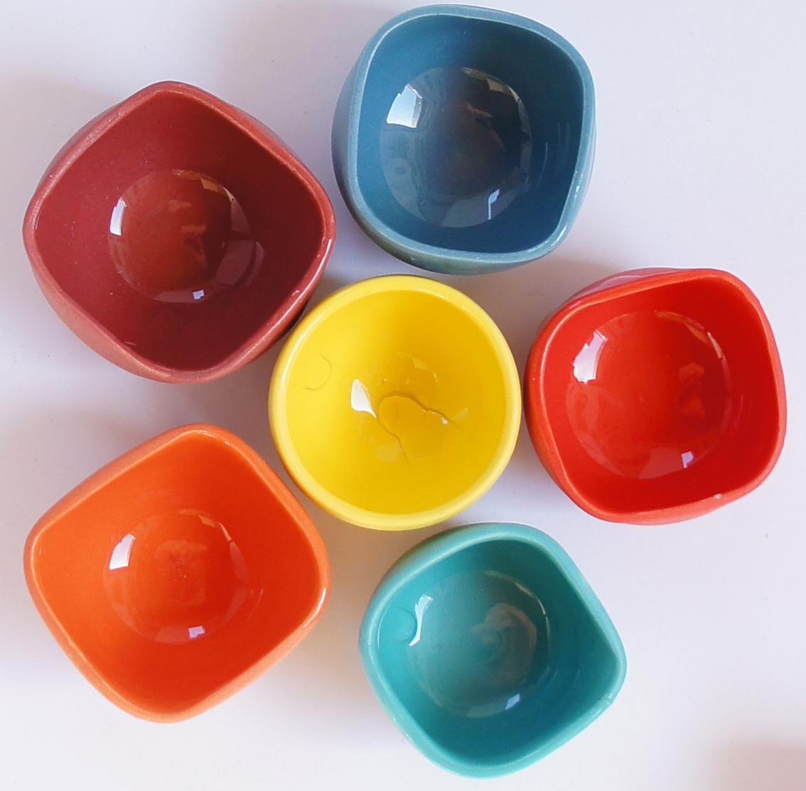 Miniatyrer doppade i färg och glaserade på insidan