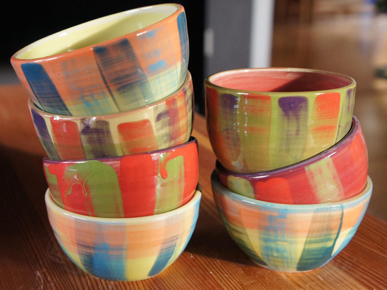 Färglada skålar i lager på lager med pensel
