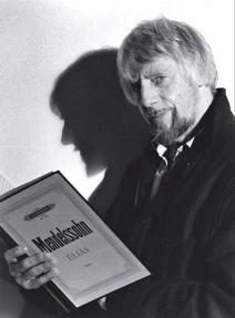 Bo Ramviken 1987. Bild införd i tidsskrif- ten; Skara stiftshistoriska sällskap Medlemsblad 2013:2 Årgång 21.