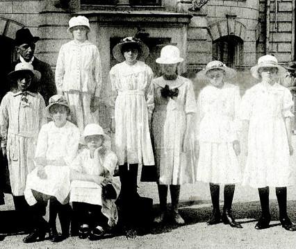 Ett försök att ur överexponeringen för de ljusklädda flickorna lyfta fram ansikten. Kent Friman, 2014-03-04.
