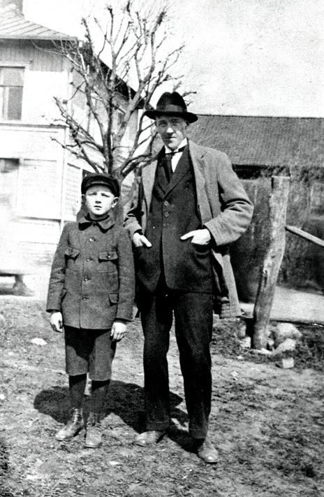 G. 5 Målaren Hugo Falk i sällskap med Otto Jonsson i Prästgården. Falk var bördig från Skara och bodde de första åren i en stuga vid Prästgården tills 1936. Då köpte han kullen (vid Kyrkebo allé). Där bodde han till sin död 1972. Han var en i bygden välkänd och skicklig målarmästare. Han var också en duktig fiolspelare och har komponerat flrera låtar. I flera år var han spelman i Axvalla fokdanslag. Fotot taget framför Anton Larssons affär 1923.
