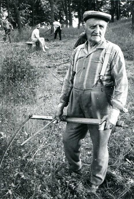 G. 6 Snickare Erik Lann, född 1890 på L.a Timmerbacka under Dagsnäs. Död 1976. Bodde på Björkedalen, Ljungstorp, mellan 1918-1973. Gift med Anna Svensson, född i Istrum 1893 - död 1951. Slåtter i kyrkeparken. Insatt av Kent Friman, 2014-03-05.