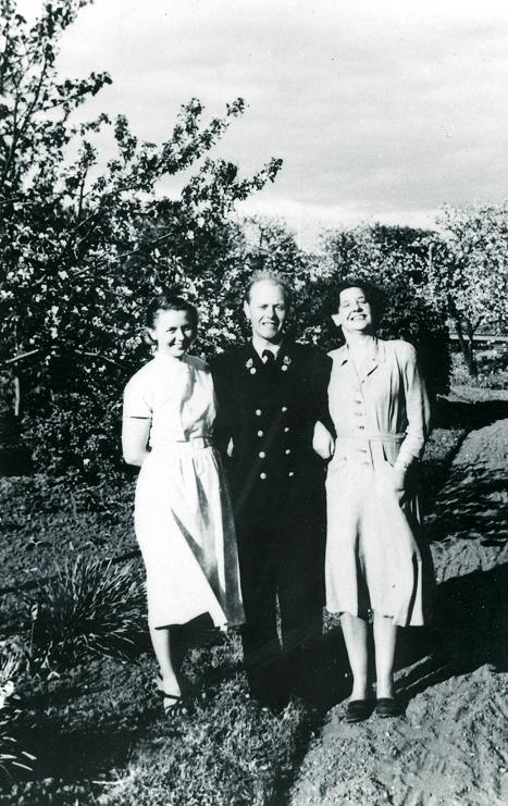 G. 10 Vivian Olsson, postinspektor Roland Johansson och Nancy Fridén i järnvägsparken Varnhem. Insatt av Kent Friman, 2013-03-05. Läs mer på www.saj-banan.se!