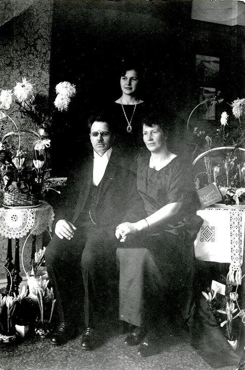 G. 54 Frans Emil Engstrand med makan Hilda och dottern Margit på Frans 50-årsdag 1923. Bild från Gudrun Ramviken, Sörgården, 2014. Insatt av Kent Friman, 2014-04-28