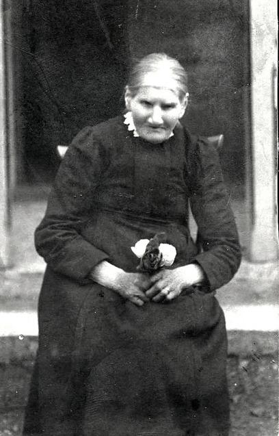 K 2 Endast digital bild. Mor till Anders Rohdin, Öglunda, Augusta Matilda Johansson född 1857 i Öglunda död 1943. Bild från sonsonen Kenneth Rohdin, Tidan 2014. Insatt av Kent Friman, 2014-04-06.