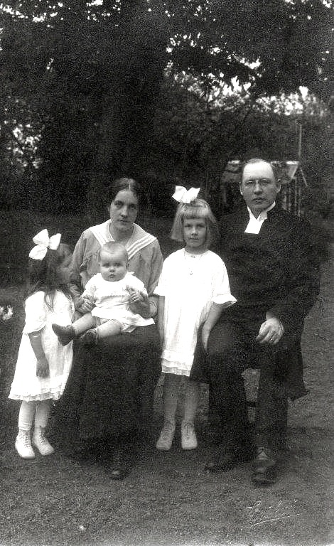 Bild från 1917 när den yngsta dottern Gudrun föddes. K. David Ahlner. Foto från Lars Olof Larsson, Timmersdala, 2015