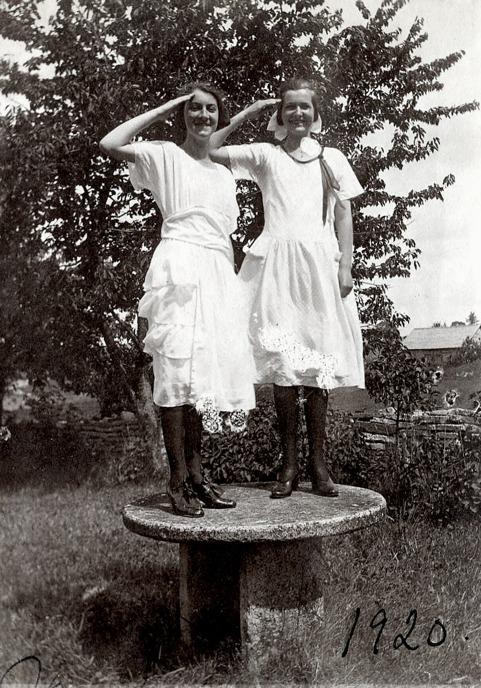 Margit Larsson och Margit Engstrand i Tomten på ett stenbord. Bild från Gudrun Ramviken, Sörgården, 2014. Insatt i Skarke-Varnhems digitala arkiv av Kent Friman, 2014-04-28