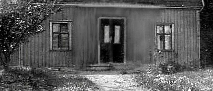 Jämförelsefoto 1930 nya huset - med grovt  bortredigerad balkong och takkupa. Foto Ingegerd Hermanssons album, Överbo, 2016