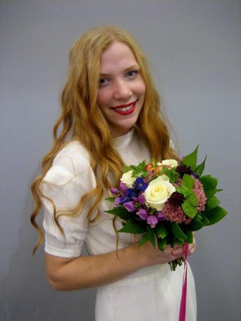 Emma i en vintagebrudklänning och en bukett av trädgårdsblommor och trädgårdsäpplen från modevisningen på bokmässan.