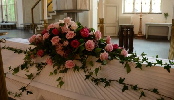 kistdekoration-rosa-rosor