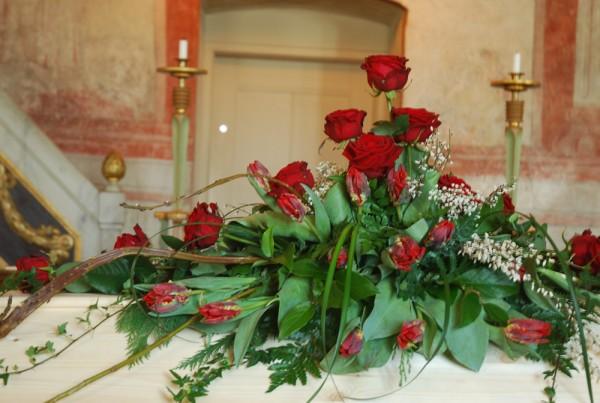 kistdekoration-röda-rosor-tulpaner