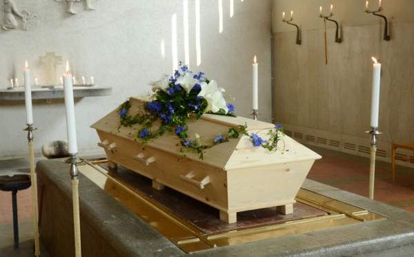 begravningsblommor-liljor-riddarsporre