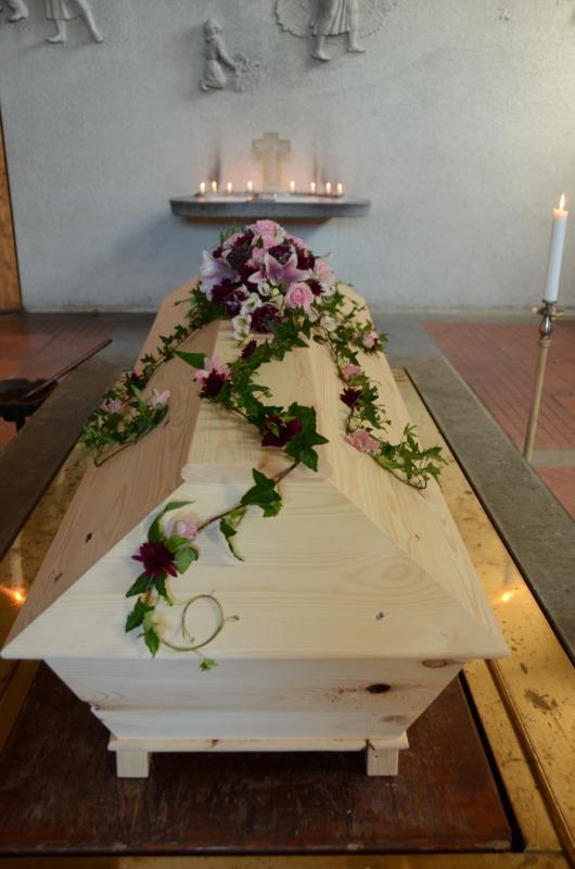 begravningsblomma-liljor-nejlikor