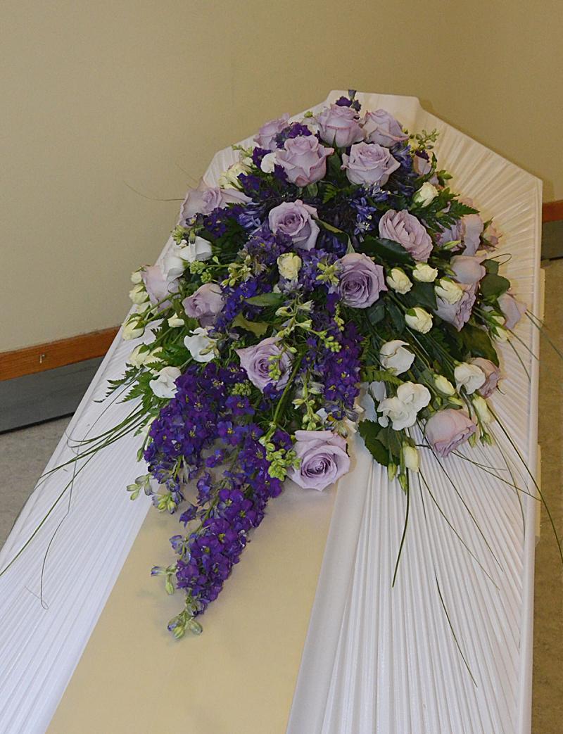 kistdekoration lila blommor