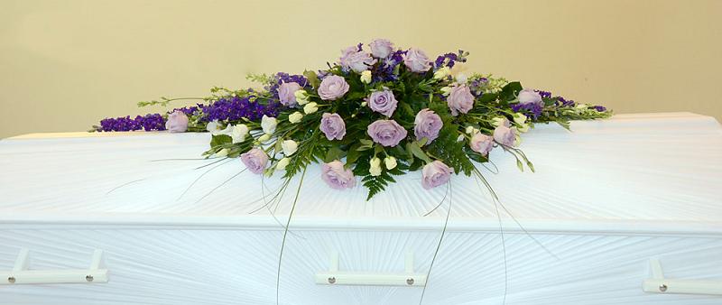 kistdekoration lila rosor