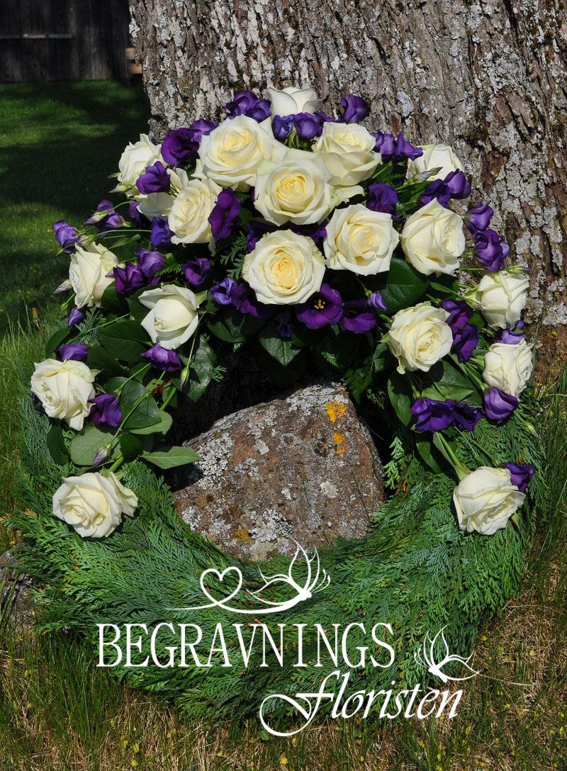 begravningsblommor-vita-rosor-lila