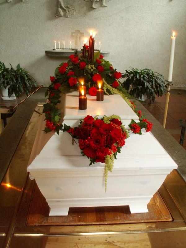 begravningsblommor-kista-rosor