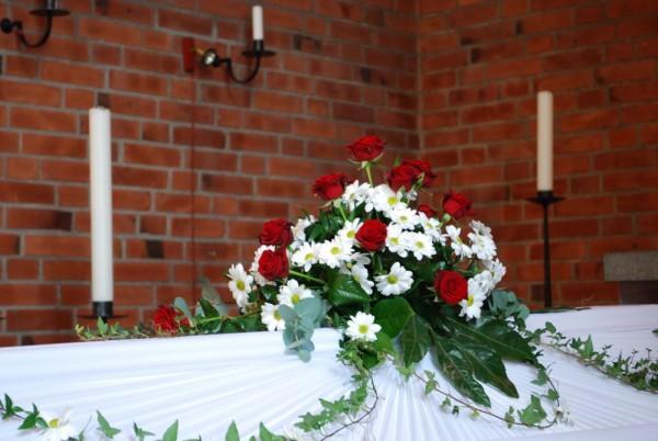 begravningsblomma-kista-rosor-kryss