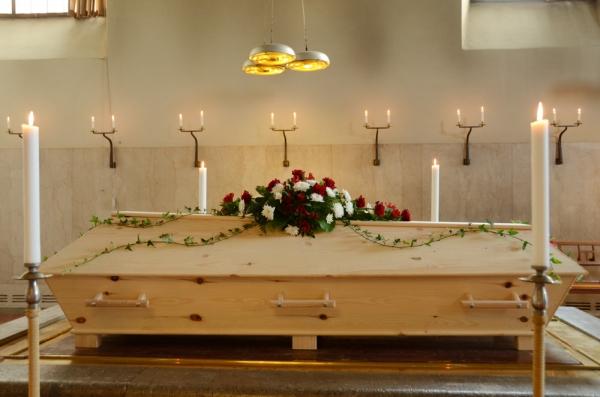 begravningsblomma-rött-vitt